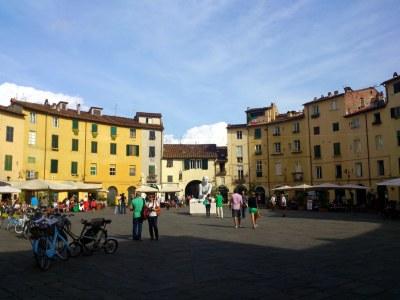 Die Piazza dell'Anfitheatro hat die Form eines römischen Theaters