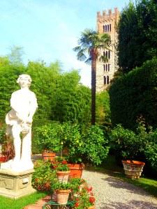 Der Garten geht über vor Farbenpracht und bietet mit den Statuen und den umgebenden Türmen eine märchenhafte Kulisse
